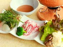 脂の甘みと肉の旨みが絶品の信州豚と地物野菜のしゃぶしゃぶです。特製胡麻ダレでどうぞ。