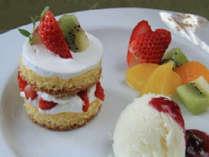 ケーキ、季節のフルーツ、アイスクリームのスイーツ三種盛り合わせデザート