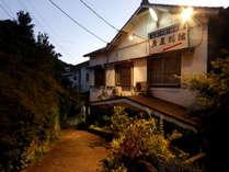 笹戸温泉エリアにある自然に囲まれた当館の外観☆