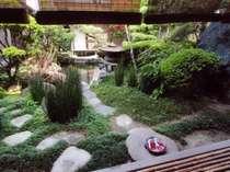 手入れの行き届いた日本庭園を客室から眺める