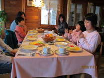 ある日の朝食の様子です みんなで《いただきます》♪♪