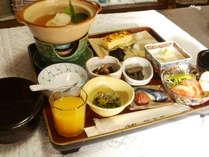 ご朝食の一例です。ただいま「名水がんも鍋」付き。からだに優しい和のご朝食をお楽しみください。