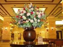 *【ロビー】季節により変わってゆくロビーの花です