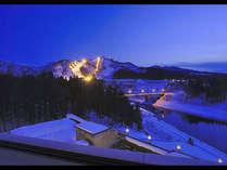 *【展望露天】川を挟んだ斜め向かいのスキー場のナイター照明が幻想的な眺め