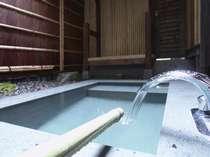 温泉掛け流し(放流循環式)の露天風呂。温泉に浸かりながらの空の眺めは極楽!