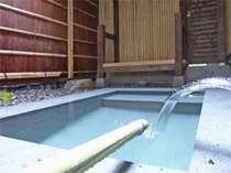 温泉掛け流し(放流循環式)露天風呂客室「ぼたん」の露天風呂。