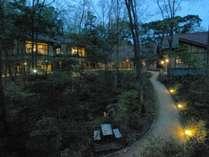 本館洋室朝霧 窓越しからの景色。中庭を一望できる。夜は灯りが幻想的な世界へ誘う。