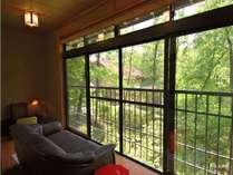 2階建離れの間さくら 2階広縁 和室ですが窓際にはソファを備える。自然の息吹を間近で愉しめる。
