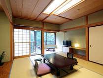 【小さなテラスのある客室】お部屋のテラスからは四季折々に美しい景観を望めます。