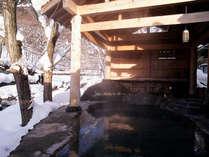 【露天風呂/せせらぎの湯】冬雪見露天風呂を楽しむ混浴露天風呂(女性専用時間あり)