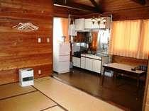 【お部屋一例】貸切コテージにはコンロや冷蔵庫もあります(調理器具はレンタル)