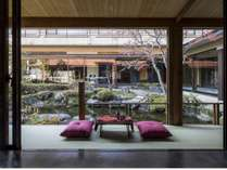 ラウンジテラスから中庭の美しい日本庭園をご覧ください
