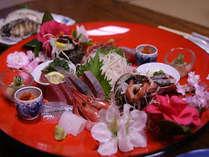 大皿にお料理を盛った写真ですが銘々皿で準備させて頂きます。 アワビは別料金(3300円~)