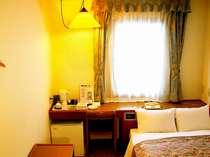 セミダブルルーム。全室無線LANでインターネットの利用も可能です。