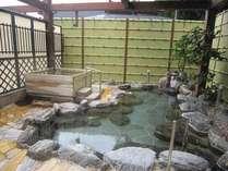 *露天風呂の様子。天然100%の源泉3種が、かけ流しで味わえます。