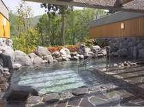 立山山麓を眼前に望む、解放感溢れる、露天風呂