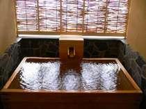 【遊心庵 早蕨の間】の源泉かけ流し露天風呂温泉情緒を楽しみながらのご入浴は格別です。