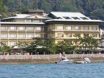 桟橋から徒歩3分厳島神社の参道と瀬戸内海に面する宿。