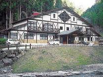 1階が食堂・浴場、2階が客室です(手前が川側です)。