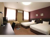 【ツインルーム】24平米・ベッド幅123cm、Serta社製コイルマットレス使用。