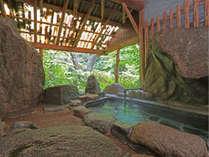 渓流を眺めながら優雅に…。椎原温泉の半露天風呂です。