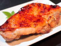 華味鶏のモモ肉を、外はカリッと中はジューシーに仕上げています。