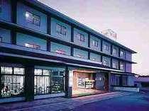 [写真]ごりん高原ロープーウェイ駅より100mに位置する当館です。