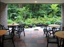 別荘地の緑に包まれたテラス席。
