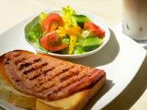 軽井沢の味わい「浅野屋のパン」と「腸詰屋のハム」オープンサンド、ドリンクのセット¥1000-