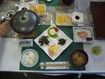 朝食の一例です。名物の「焼き納豆」をご賞味あれ