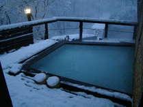 雪化粧の最上高湯善七乃湯 庭園露天風呂