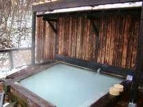 硫黄の香り漂う露天風呂で雪見風呂はいかが?