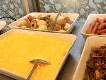 朝食は和洋バイキング(6:30~10:00)。画像は一例(スクランブルエッグ)
