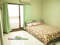 206号室◆キングサイズのベッドがある2人部屋です。カップル、ご夫婦でご利用ください☆