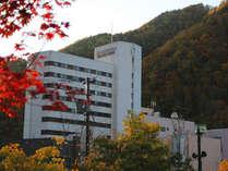 紅葉が美しい秋の外観