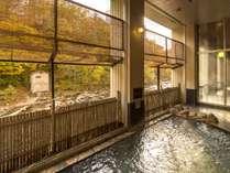 【秋の大浴場】川のせせらぎと紅葉をお楽しみ下さい。