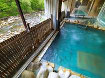 【大浴場◆露天風呂】渓流をたわる風が心地良い