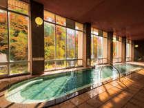 【大浴場】紅葉を眺めながらゆっくり温泉をご堪能下さい。