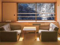 【タワー館和室】冬には雪化粧した渓谷美が広がります