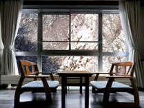 【西館和室】冬には雪化粧した渓谷美が広がります