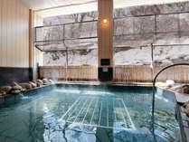 【大浴場】露天風呂からは雪化粧した渓谷を望みます。