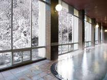【冬の大浴場】窓の外には雪景色が広がります