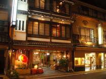 夜の旅館の風景です。温泉繁華街の中心に位置していますので大変便利です。