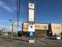 IYASU HOSTEL HIGASHIKAWAの外観&駐車場画像です。