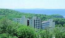 夏・裏山のスキー場から見下ろすホテルの全景。バックはオホーツク海です。