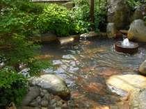 天然炭酸泉源泉掛け流し貸切露天風呂 清流からの涼風 緑に包まれ夕涼み露天 早朝小鳥の声がBGM ◎