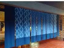 玄関のおもてなし藍のれんをくぐると全館畳敷き
