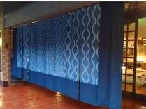 藍のれんをくぐると全館畳敷きでのおもてなし 和の灯りが心を休ませてくれます