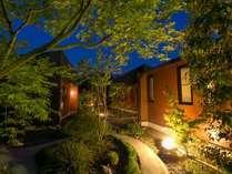 【回廊】本館から続く離れへの回廊は、夜になると幻想的で昼とは違った雰囲気です