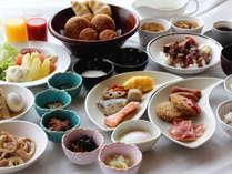 品数豊富な朝食ブッフェ。月替わりのおすすめメニューや郷土料理、B級グルメなども楽しめます!